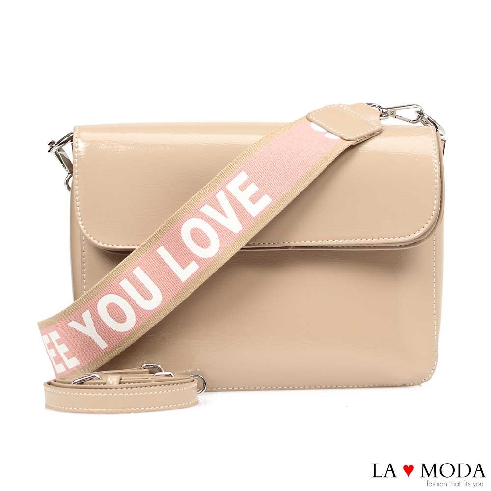 La Moda 質感品味滿分漆皮字母寬帶肩背斜背郵差包(粉)
