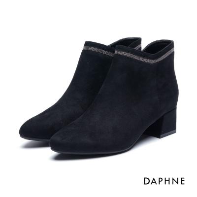 達芙妮DAPHNE 短靴-細珠金屬飾條V剪裁絨布粗跟踝靴-黑