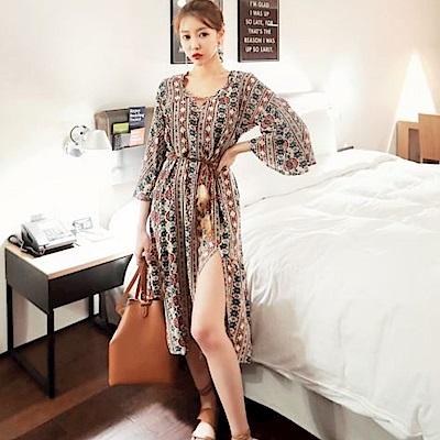 La Belleza渡假開叉民族風印花喇叭袖羽毛綁繩波西米亞洋裝(杏)