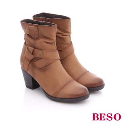 BESO 簡約知性 蠟感牛皮繞帶粗跟短靴 卡其色