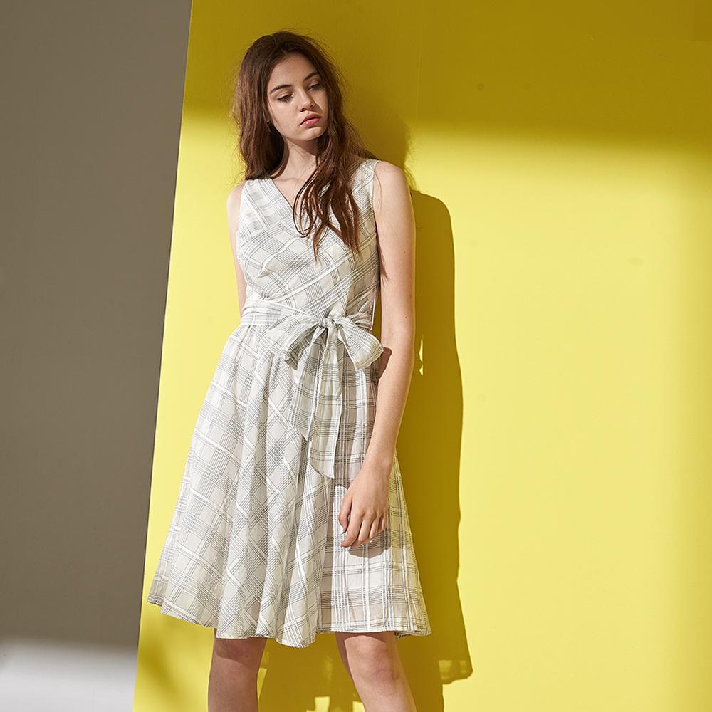 ICHE 衣哲 英式氣質交叉幾何線條格紋造型無袖洋裝-(米白)