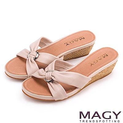 MAGY 夏日時尚舒適  圓形釦環抓皺羊皮編織楔型拖鞋-粉色