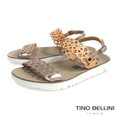 Tino Bellini 希臘進口浪漫鏤空休閒平底涼鞋_膚+淡金