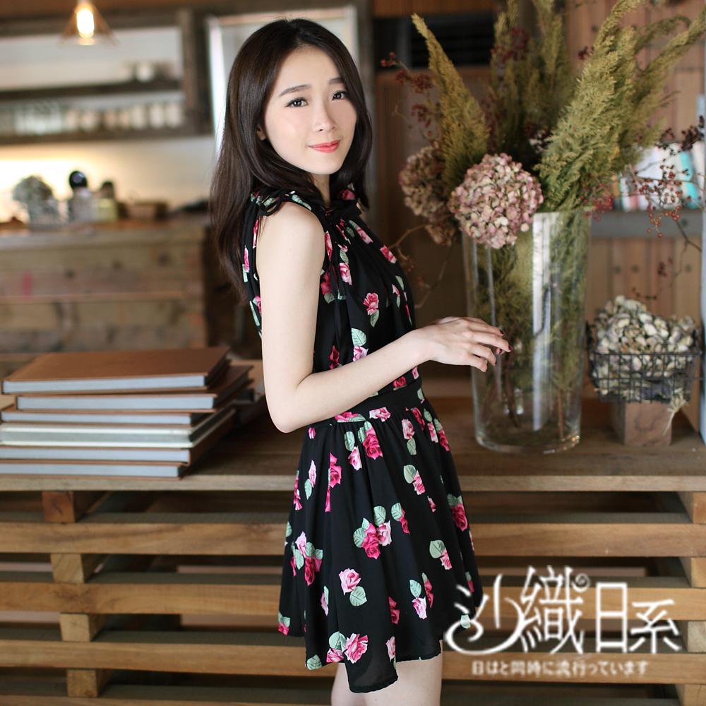 上衣 滿版點點/花朵綁帶設計長版收腰雪紡洋裝(黑花)-沙織日系