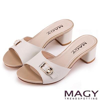 MAGY 時尚穿搭必備款 真皮一字釦環粗跟涼拖鞋-白色