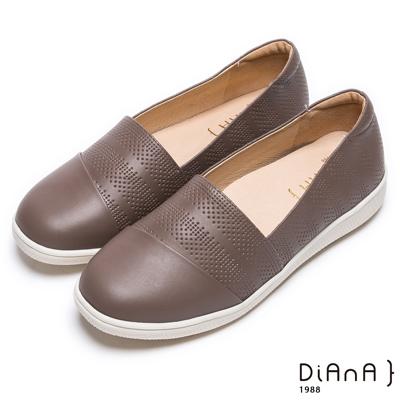 DIANA 隨性演繹--刻印質感真皮平底休閒鞋-深可可