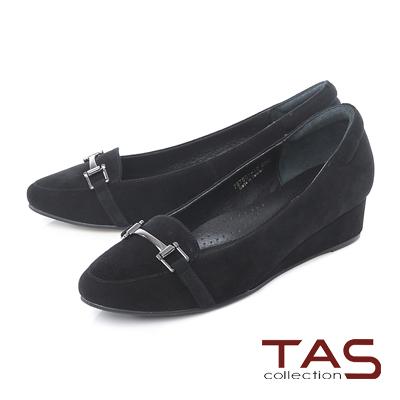 TAS 一字金屬扣飾麂皮小坡跟尖頭娃娃鞋-低調黑