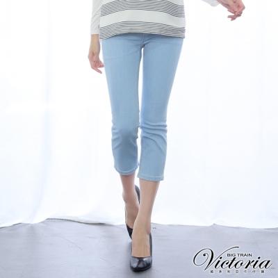 Victoria 中腰淺色繡花牛仔七分褲-女-淺藍