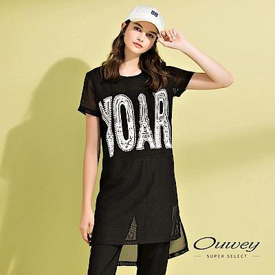 OUWEY歐薇 時尚透膚感標語長版上衣(黑)