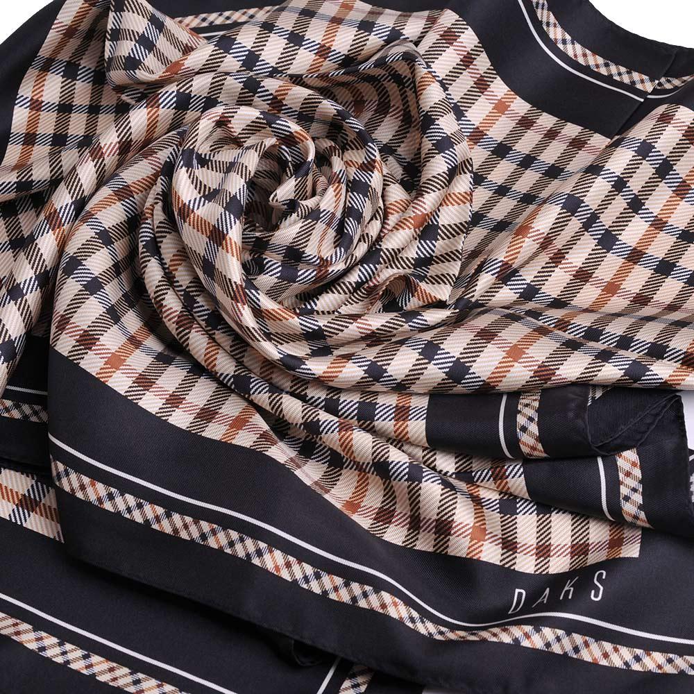DAKS 經典品牌字母LOGO格紋高質感絹絲帶大領巾(黑邊/卡其格)