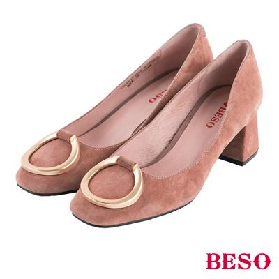 BESO俐落簡約 小方頭弧形五金飾釦全真皮粗跟鞋~粉