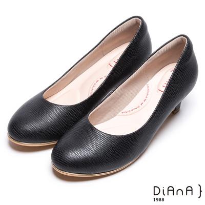 DIANA漫步雲端輕盈美人款--素雅簡約蜥蜴壓紋質感真皮跟鞋-黑