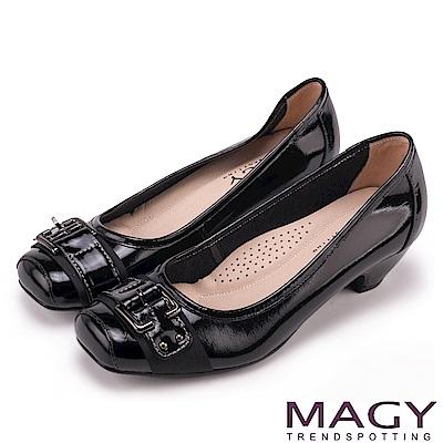MAGY 氣質通勤款 鏡面牛皮皮帶飾釦方頭低跟鞋-黑色
