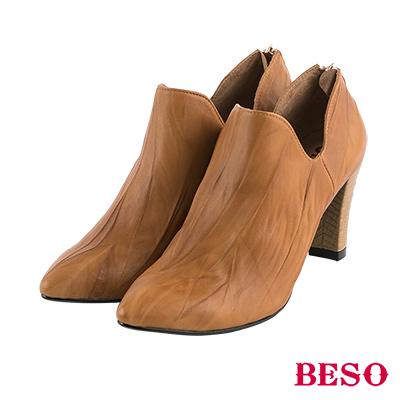 BESO率性英倫 尖頭抓皺曲線深口粗跟鞋~茶