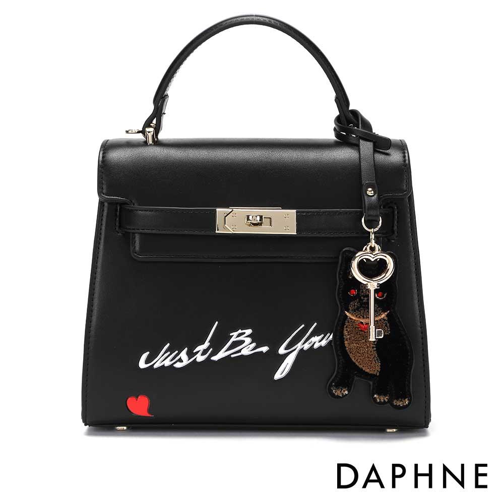 達芙妮DAPHNE-小狗吊飾潮流字母斜背小方包-黑