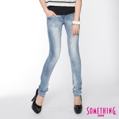 SOMETHING 純真氛圍 NEO超合身窄直筒牛仔褲-女款-拔淺藍