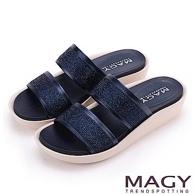 MAGY 休閒穿搭必備款 寬版真皮二字燙鑽厚底拖鞋-藍色
