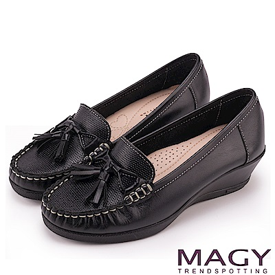 MAGY 柔軟莫卡辛 氣質真皮手縫舒適楔型跟鞋-黑色