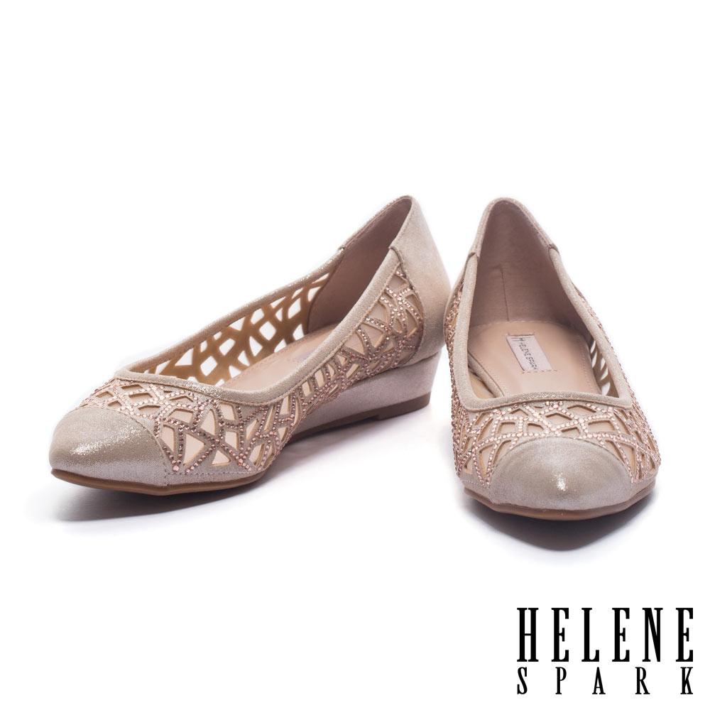 低跟鞋 HELENE SPARK 華麗性感晶鑽鏤空造型羊麂皮尖頭楔型低跟鞋-金
