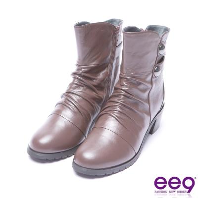 ee9 芯滿益足自然抓皺金屬扣環素面粗跟短筒靴 咖色