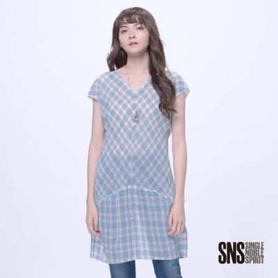 SNS 休閒雅緻線條格紋拼接透膚長版罩衫(2色)