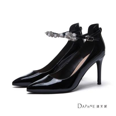 達芙妮DAPHNE 高跟鞋-水鑽珍珠踝帶漆皮尖頭鞋-黑