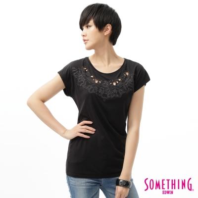 SOMETHING女蕾絲花紋繡花T恤