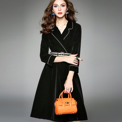 a la mode 艾拉摩兒 天鵝絨大翻領白滾邊皮帶修身洋裝(M-2XL)