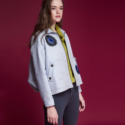ICHE衣哲 設計款刺繡印花拼貼後抽皺空氣感造型外套-灰