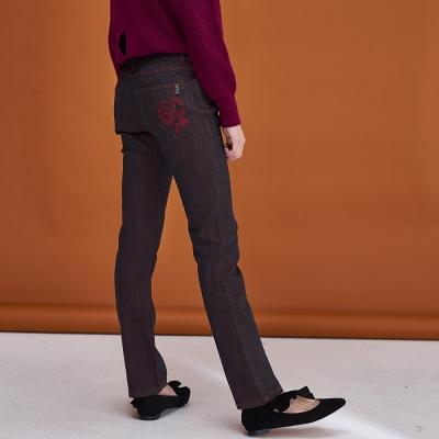 Hana+花木馬 後口袋刺繡設計合身百搭直筒鉛筆單寧牛仔造型長褲-咖