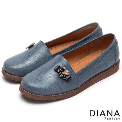 DIANA 時尚潮流--經典壓紋花朵飾釦真皮平底鞋-藍
