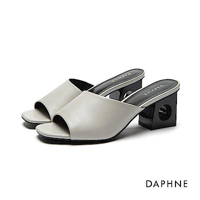 達芙妮DAPHNE 拖鞋-圓孔縷空粗跟穆勒涼拖鞋-米白