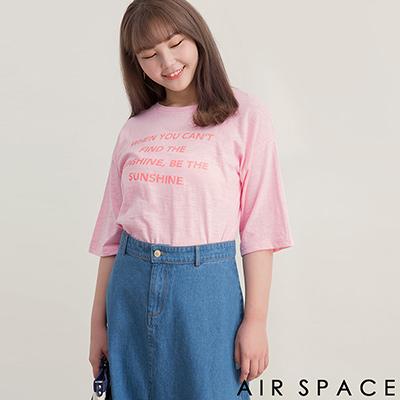 AIR SPACE PLUS 中大尺碼 配色字母標語圓領T恤上衣(粉紅)