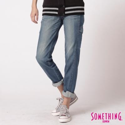 SOMETHING 中直筒 貼袋牛仔褲-女-拔淺藍