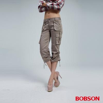 BOBSON 女款貼袋休閒七分褲(卡其158-85)