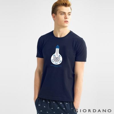 GIORDANO 男裝趣味圖案字母印花純棉修身短袖T恤- 03標誌海軍藍