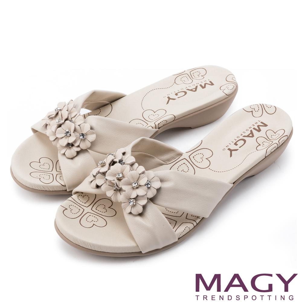 MAGY 散發輕熟魅力 真皮皮革花朵低跟拖鞋-米色