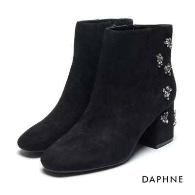 達芙妮DAPHNE 短靴-絨布花形水鑽拼貼粗跟踝靴-黑