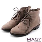 MAGY 中性帥氣 荔枝紋牛皮雕花綁帶踝靴-可可