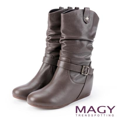 MAGY 復古元素 牛皮皺摺內增高中筒靴-咖啡