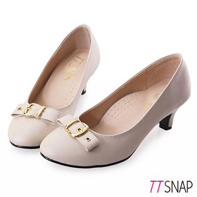 TTSNAP中跟鞋-MIT典雅皮帶飾釦真皮軟Q跟鞋-米