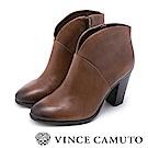 Vince Camuto V型剪裁復古粗跟靴-咖啡色