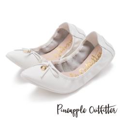 Pineapple Outfitter 個性時尚  蝴蝶結金屬圓牌尖頭娃娃鞋-白色