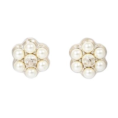 CHANEL 經典雙C LOGO 珍珠花瓣耳針式耳環(白真珠)