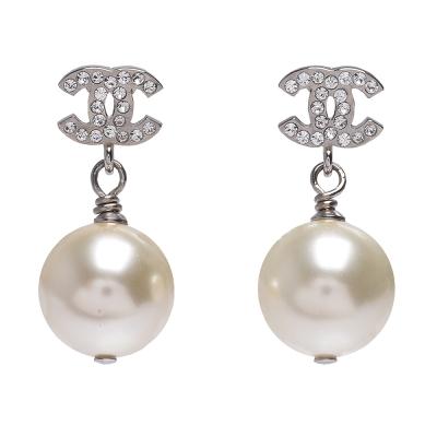 CHANEL 經典雙C造型水鑽鑲嵌珍珠墜飾穿式耳環(銀)