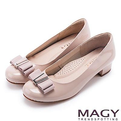 MAGY OL通勤專屬 特殊造型釦+織帶蝴蝶結低跟鞋-粉紅