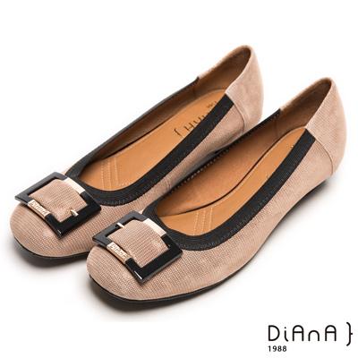DIANA 典雅格調--簡約知性方釦滾邊壓紋真皮跟鞋-卡其
