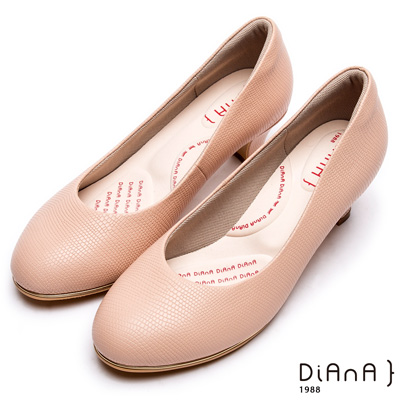 DIANA漫步雲端輕盈美人款--素雅簡約蜥蜴壓紋質感真皮跟鞋-卡其