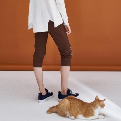 Hana+花木馬 百搭合身排釦抽皺拉鍊設計款膝下造型馬褲-咖