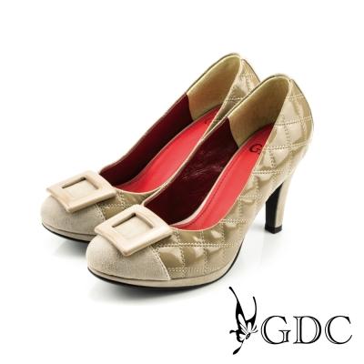 GDC-經典迷人方型飾釦亮面菱格紋高跟鞋-卡其色